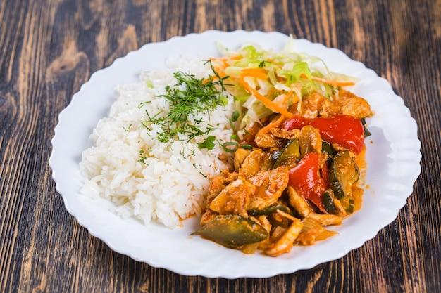 음식 요리 치켄을 곁들인 밥. 치켄을 얹은 중국식 또는 태국 식 쌀