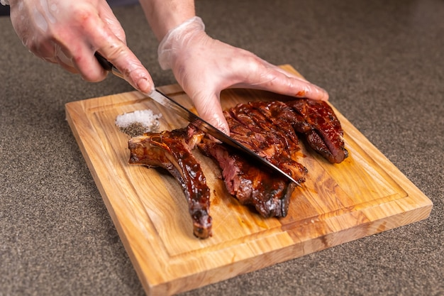 Еда, вкусная и ремесленная концепция - подача стейка на гриле