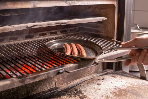 食べ物、おいしい、肉料理のコンセプト-バーベキューで調理された馬のソーセージ