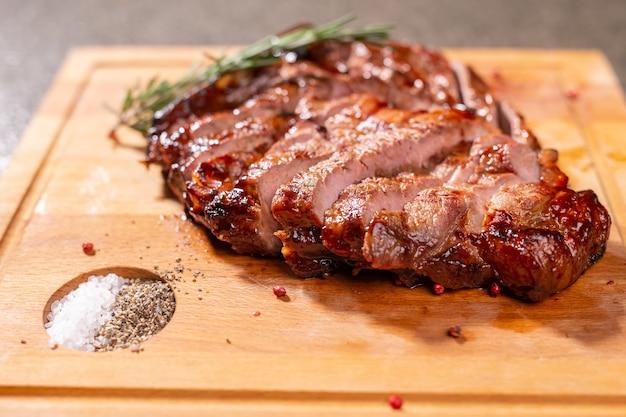食べ物、おいしい、馬の肉と工芸品のコンセプト-グリルステーキのサービング