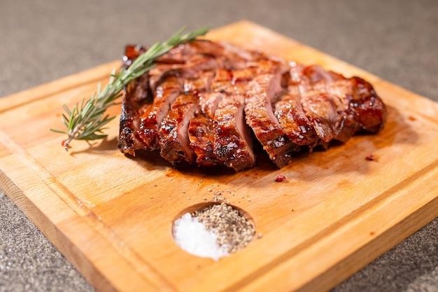 Еда, вкусные блюда, конина и ремесленная концепция - подача стейка на гриле.