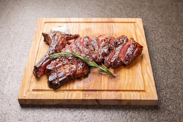 음식, 맛있는, 말고기 및 공예 개념-구운 스테이크 제공.