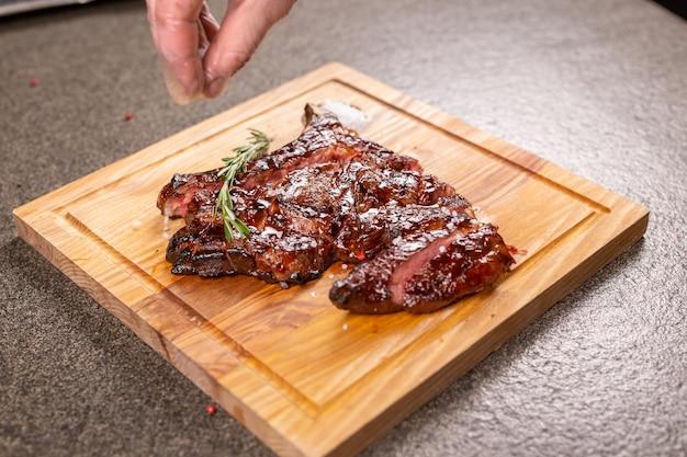 食べ物、おいしい、馬肉とクラフトのコンセプト-グリルステーキのサービング
