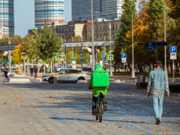 食品配達サイクリストがモスクワの路上で食品を配達します