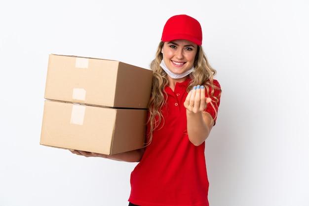 手で来るように誘う白で隔離された食糧配達ブラジル人女性。あなたが来て幸せ