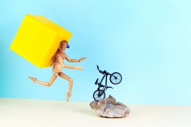 通りに沿って自転車に乗って黄色のバックパックを持つフードデリバリードライバー