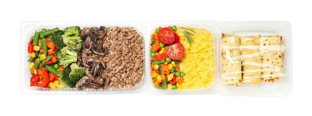 Доставка еды. еда в коробках на вынос, изолированные на белом фоне