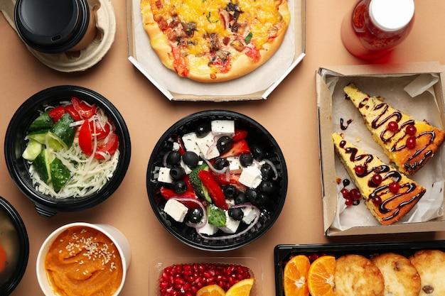 食品デリバリー。クラフトの背景にテイクアウトボックスの食品