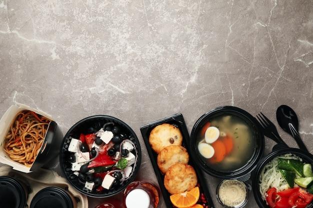 Доставка еды. еда в коробках на вынос на столе