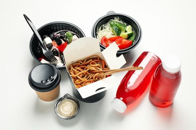 음식 배달. 흰 벽에 테이크 아웃 상자에 음식
