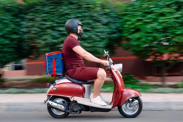 오토바이에 음식 배달원