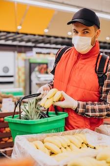 食料品店で商品を買う食品配達員