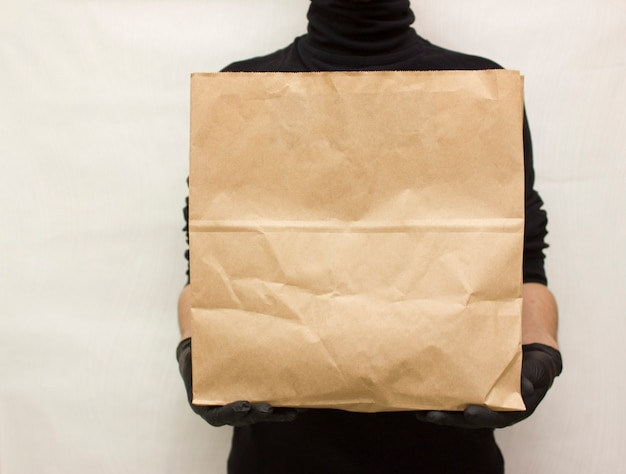 食品の配達。食品パッケージと男の宅配便