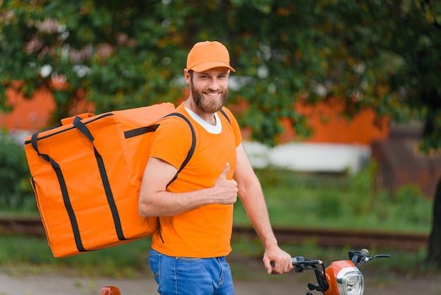 주황색 음식 배달 가방 유니폼에 음식 배달 남자