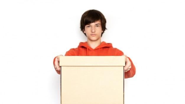 食品配達。ピンクの服の男は箱を保持しています。