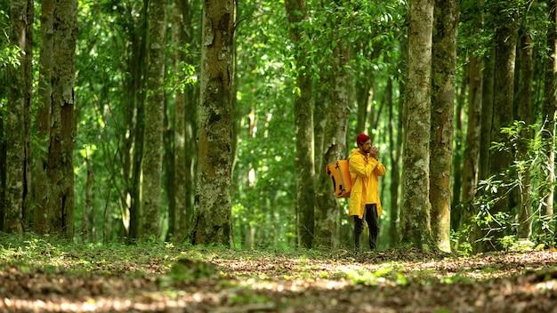 L'uomo delle consegne di cibo corre attraverso la foresta