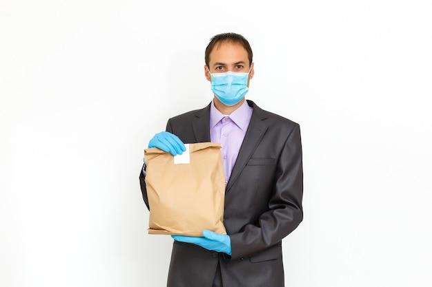 医療マスクを身に着けている食品配達人。コロナウイルスの概念