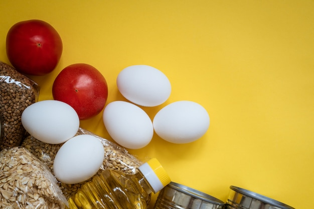 노란색 배경, 계란 및 곡물에 음식 배달