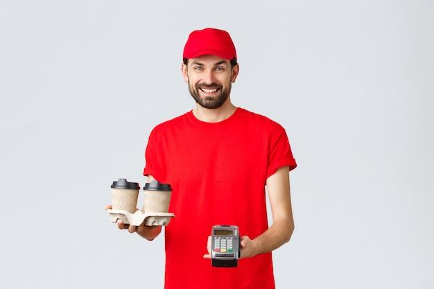 食品配達検疫は家にいて、赤い制服を着たオンラインコンセプトフレンドリーなひげを生やした宅配便を注文します...