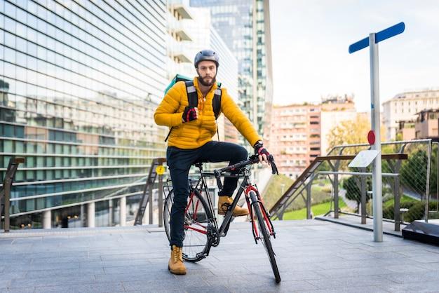 음식 배달 서비스, 자전거로 고객에게 음식을 배달하는 라이더-운송, 음식 배달 및 기술에 대한 개념