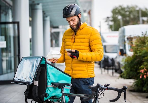 Служба доставки еды, всадник доставляет еду клиентам на велосипеде - понятия о транспортировке, доставке еды и технологиях