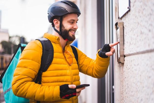 自転車でクリントに食べ物を届けるフードデリバリーサービスライダー