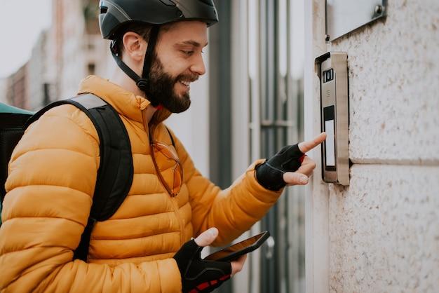 自転車で食品を配達する食品配達サービスライダー