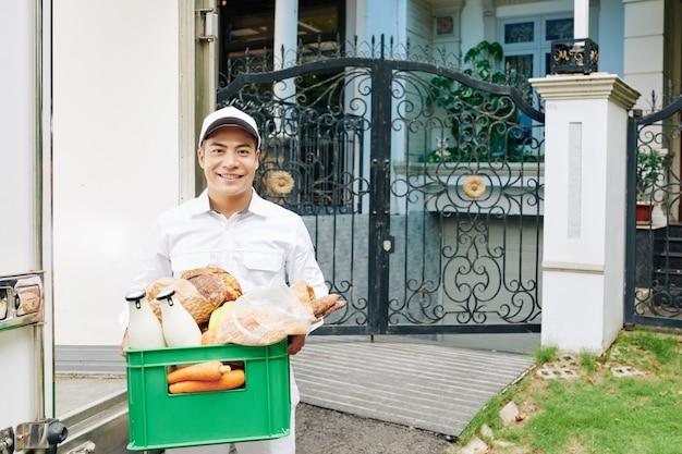 Работник службы доставки еды