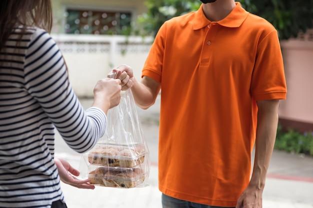 집에서 여성 고객에게 음식 배달