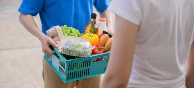 ロックダウン時の食品配達と自宅での自己検疫。タイ、アジアでのcovid後の新しい正常と生活。社会的距離と外出禁止令は安全を保ちます。