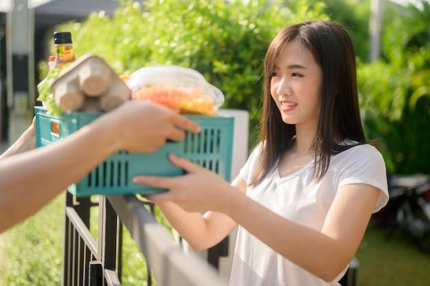 집에서 락다운 및 자가격리 시 음식 배달. 태국, 아시아의 코로나 이후 새로운 일상과 삶. 사회적 거리두기와 집에서 안전하게 지내세요.
