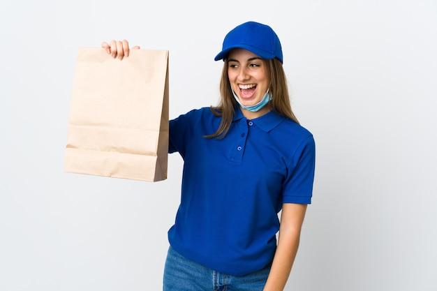 Доставка еды женщина и защита от коронавируса с маской на белом изолированных с счастливым выражением