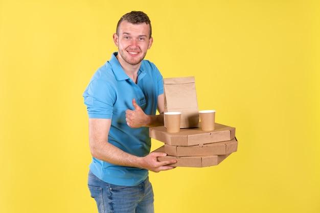 青いtシャツを着た食品配達の若い男