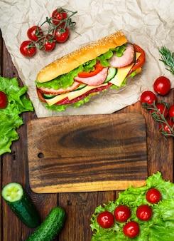 Food design - бутерброд с мясом и овощами по дереву