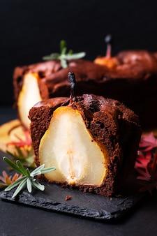 음식 디저트 개념 수제 소박한 초콜릿 케이크 또는 브라우니와 배 케이크 복사 공간이 블랙 슬레이트 돌 보드에