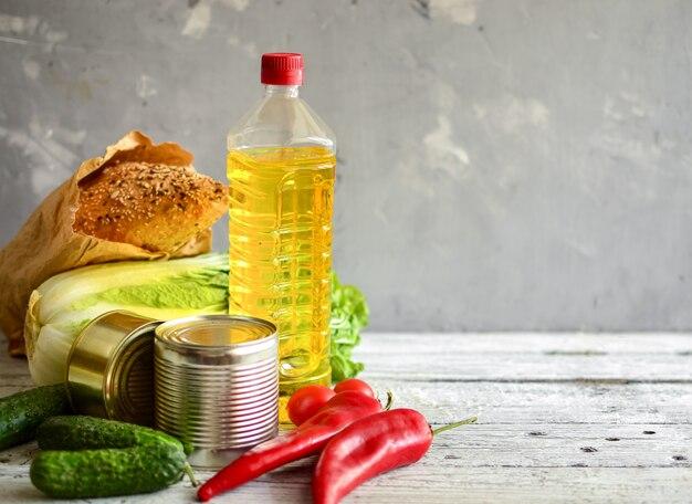 Продовольственное пожертвование или концепция доставки еды. масло, капуста, салат, овощи, консервы, хлеб.