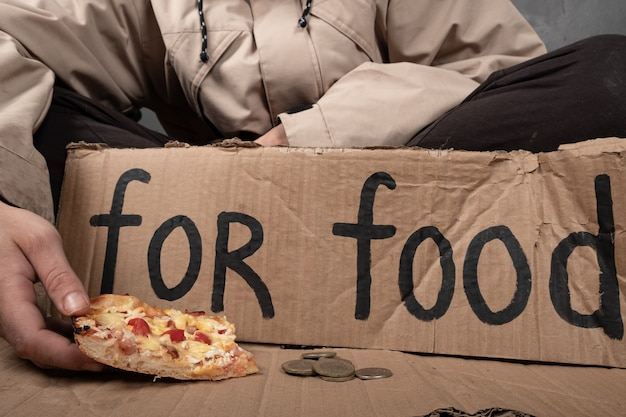 음식을 구걸하는 노숙자에게 음식 기부.