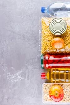 Продовольственные пожертвования. запасы еды. вид сверху