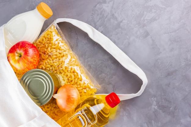 Продовольственные пожертвования в льняной сумке. доставка еды в эко-сумке. вид сверху