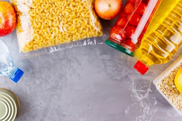 灰色の背景に食料の寄付