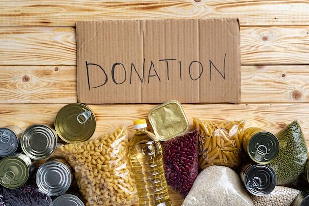 テーブルの上の食糧寄付。テキスト寄付。閉じる。