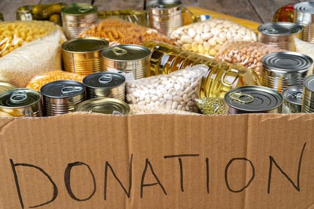 Пожертвования еды на столе. текстовое пожертвование.