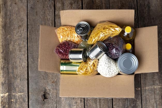 テーブルの上の食糧寄付