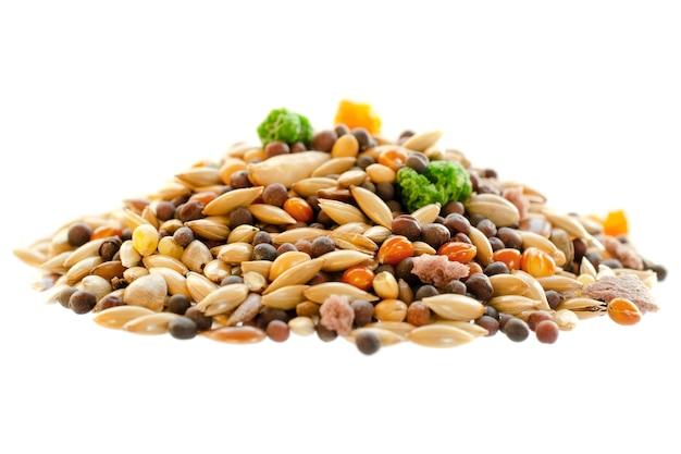 Корм для канареек, попугаев, зябликов, смешанных семян для кормления птиц, изолированные на белом фоне