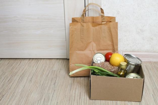 Пища для людей, страдающих, пожертвование, концепция карантина. волонтер собирает еду.