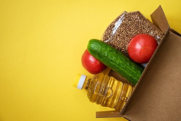 노란색 배경에 골 판지 상자에 음식