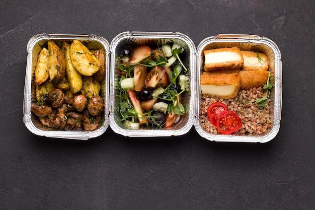 Еда в контейнерах. вид сверху. концепция доставки