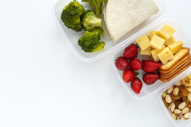 Еда в пластиковых контейнерах готова к употреблению