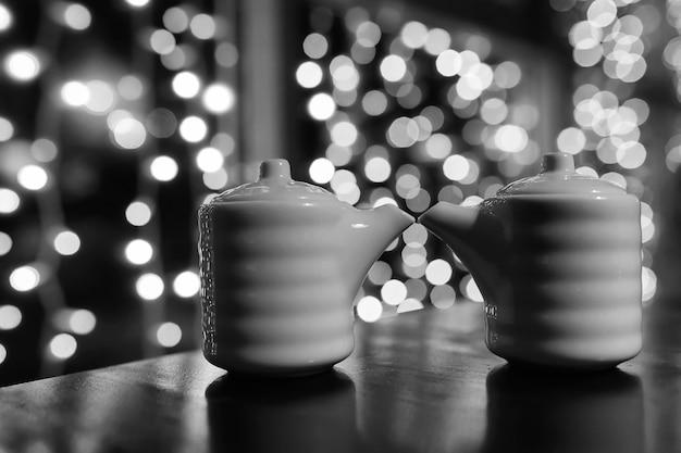Еда в кафе на столе японские суши и чай