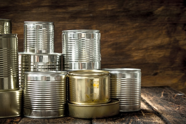 木製のテーブルの上のブリキ缶の食品。